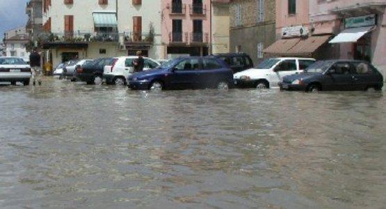 Piazza Garibaldi allagata dopo una forte pioggia (foto d'archivio)