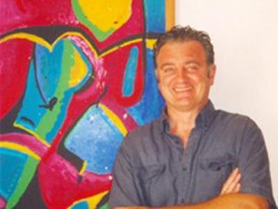 Carlo Gentili con una sua opera