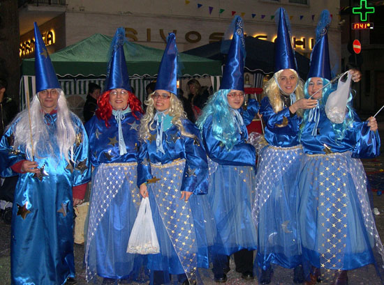 Gruppo di streghette con mago