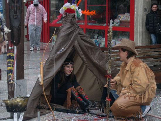 Indiani al riparo sotto la tenda: che romantici!