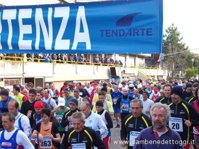 Maratonina di Centobuchi 2007. Gli atleti ai nastri d partenza; in basso a destra si nota l'assessore allo Sport provinciale Nino Capriotti