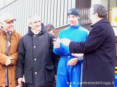 Maratonina di Centobuchi 2007: Roberto Barbi viene premiato dal sindaco di Monteprandone Bruno Menzietti e dall'assessore allo Sport provinciale Nino Capriotti