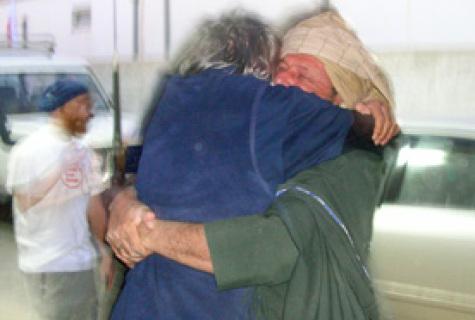 L'abbraccio tra Daniele Mastrogiacomo e Gino Strada subito dopo la liberazione del giornalista