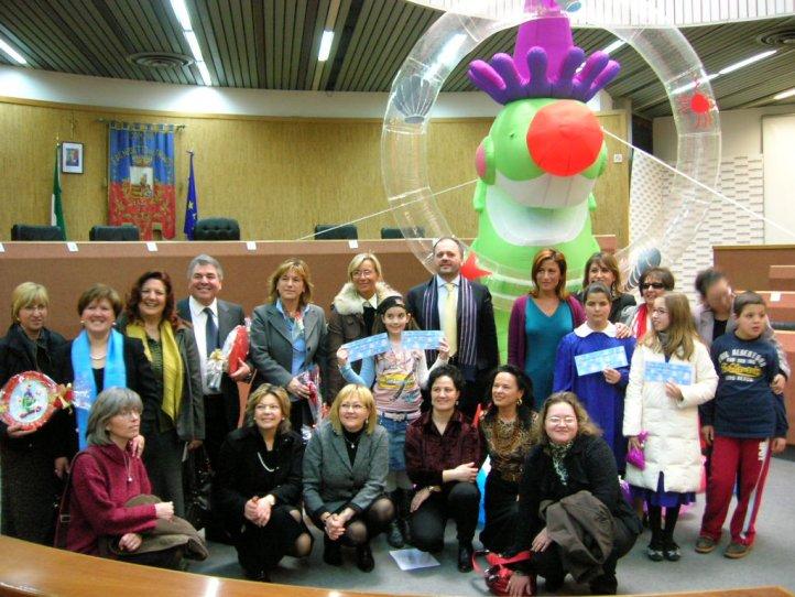 Foto di gruppo per il sindaco Gaspari e i vincitori del concorso