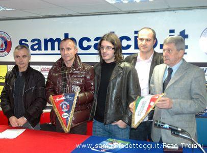 I fratelli Tormenti e il dg Claudio Molinari presentano il nuovo gagliardetto ufficiale della Samb