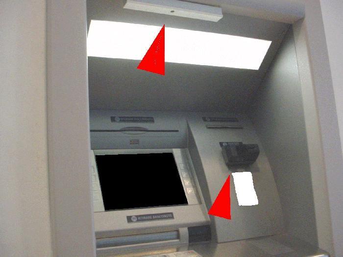 Bancomat manomesso per clonare carte di credito