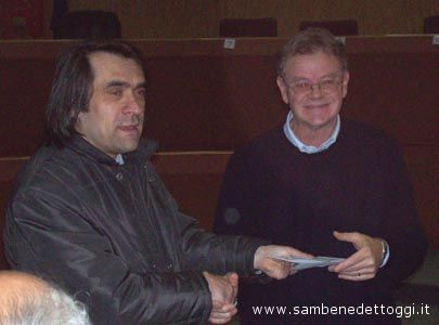 Enrico Pompei consegna a Sante Crescenzi l'assegno di 600 euro raccolto dall'Atletica Avis