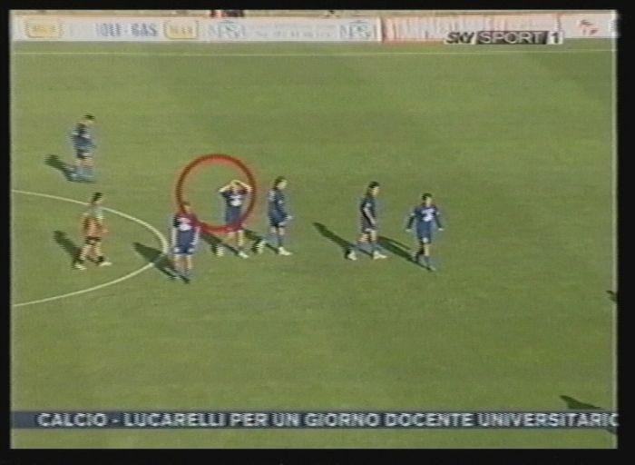 Un giocatore del Manfredonia con le mani tra i capelli dopo che la sua squadra ha realizzato il gol della vittoria