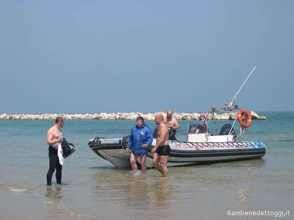Il pilota Giovanni Collini viene portato a riva sano e salvo