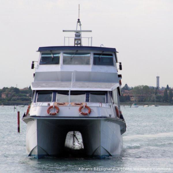 Un catamarano: si torna a parlare dei collegamenti dal porto di San Benedetto all'Adriatico