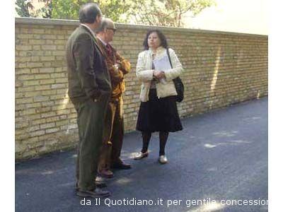 L'ingegner Mario Laureati, l'assessore Giancarlo Vesperini e il presidente del comitato di quartiere Patrizia Lo Giacco alla riapertura di via dei Bastioni