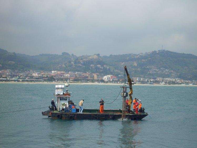 Le operazioni di carotaggio della sabbia all'imboccatura del porto