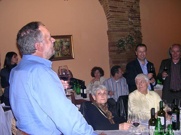 Il sindaco Giovanni Gaspari brinda insieme a dei cittadini