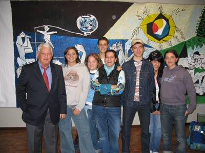 Il giornalista Aleandro Di Silvestre con i ragazzi del Tecnico Commerciale e del Liceo Linguistico dell'Istituto Scoalstico Statale Capriotti (XV Mostra dell'amicizia)