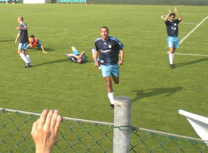 Il Centobuchi a fine partita fa festa sotto il settore occupato dai tifosi biancazzurri (per la foto si ringrazia Gianluca Sarghini)