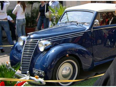 Auto d'epoca nel centro cittadino.jpg