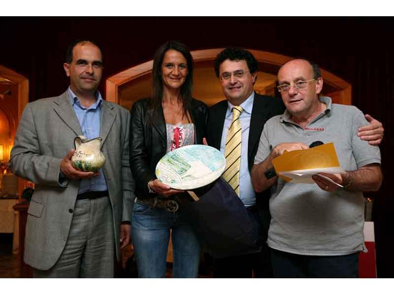 Paolo Cherri con la chef Katia Stracci di Offida, premiati dal presidente del Gal Piceno, Vincenzo Curi, e dal professor Carlo Cambi de