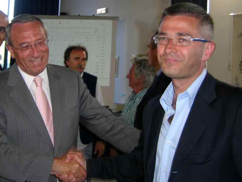 Abramo Di Salvatore riceve le congratulazioni per la vittoria da Paolo Camaioni di