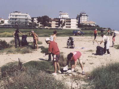 I ragazzi della Lega Navale Italiana di San Benedetto impegnati nella pulizia dai rifiuti della spiaggia