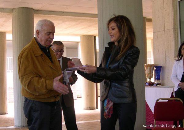 Franco Tizi premiato dalla dottoressa Monaldi