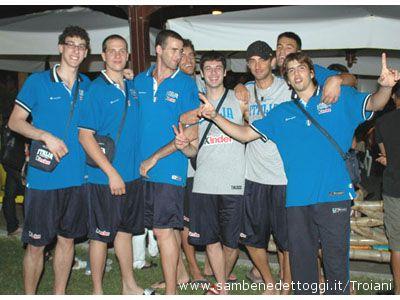 Alcuni giocatori della Nazionale Under 20 di basket allo Chalet Club 23