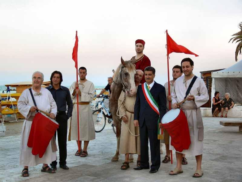 Personaggi del corteo storico di una passata edizione, insieme al sindaco di Grottammare