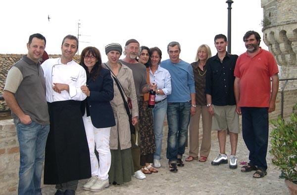 Gli artisti ed i viticoltori assieme a Lamberto ed Adriana di Fronte al Borgo Antico