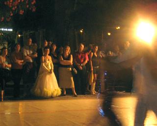 Una coppia di ballerini in attesa del proprio turno in viale Buozzi