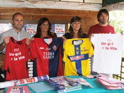 Gli organizzatori dell'evento con alcune delle maglie che verranno messe all'asta in occasione di
