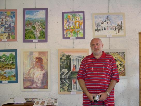 Il professore Sergey Kukharenko di fronte alle opere dei suoi piccoli allievi