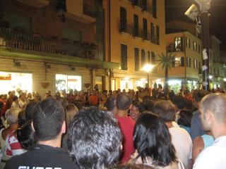 Festa europea della Musica 2007: la folla ferma ad ascoltare una band in via Montebello