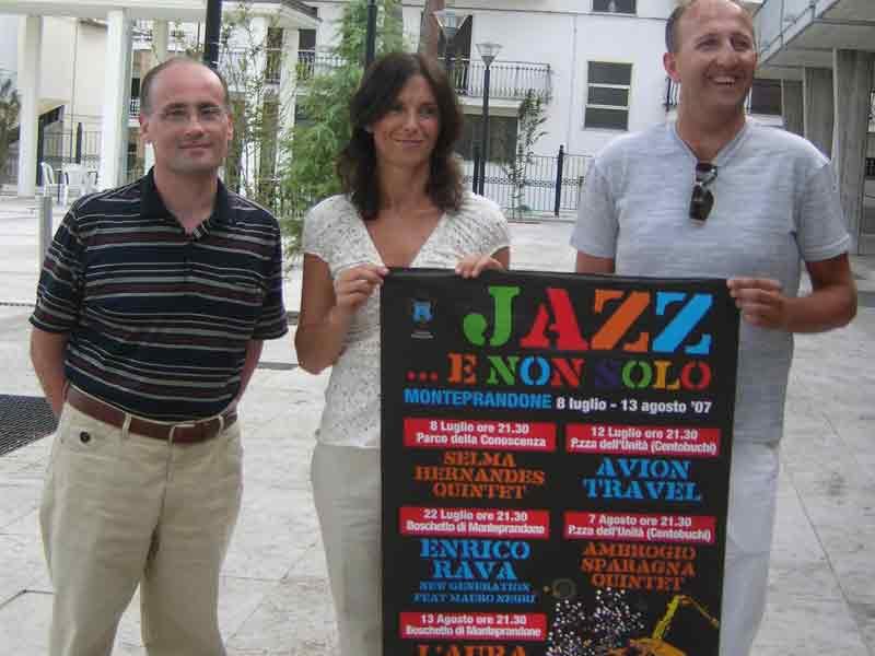 Fernando Ciarrocchi, Meri Cossignani e Pier Mario Maravalli con la locandina della manifestazione
