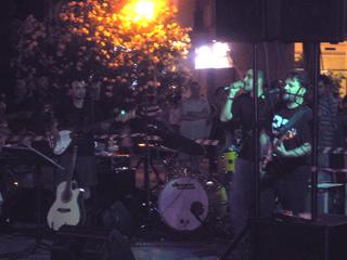 Uno dei gruppi impegnati a suonare in piazza Giorgini