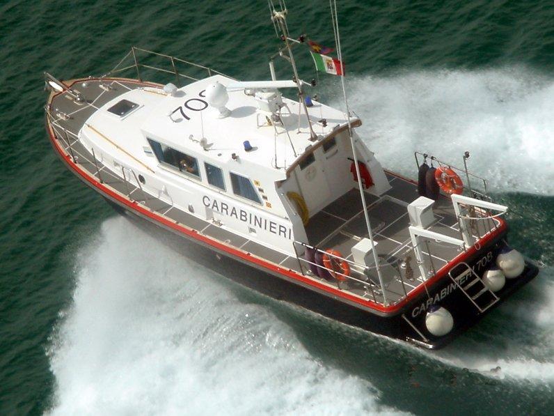 La motovedetta dei carabinieri in azione