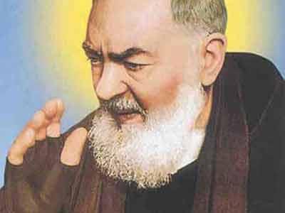 un'immagine di Padre Pio con i guanti con cui copriva le stimmate