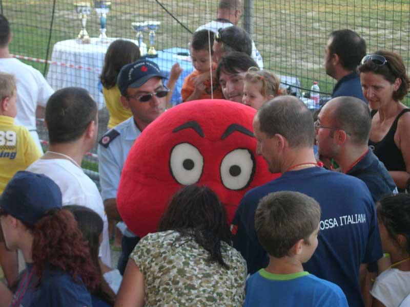 Il Gabibbo circondato dai fan in cerca di foto e autografi