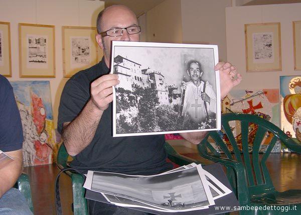 Dino Cappelletti mostra alcune fotografie in anteprima