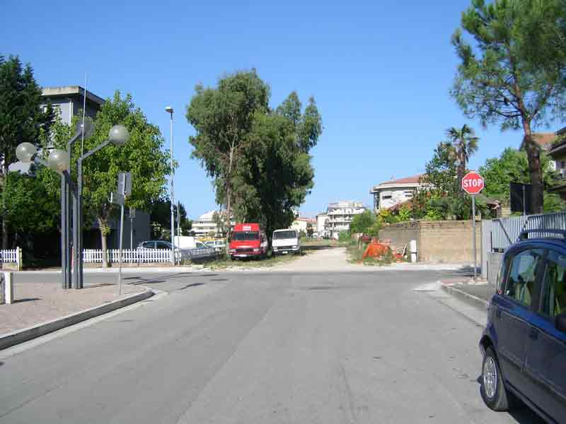 Via Firenze interseca la strada bianca che dovrebbe diventare Via L'Aquila