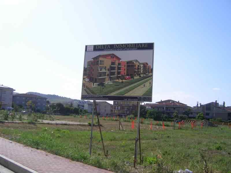 Il cartello di vendita degli appartamenti che ha scatenato le proteste