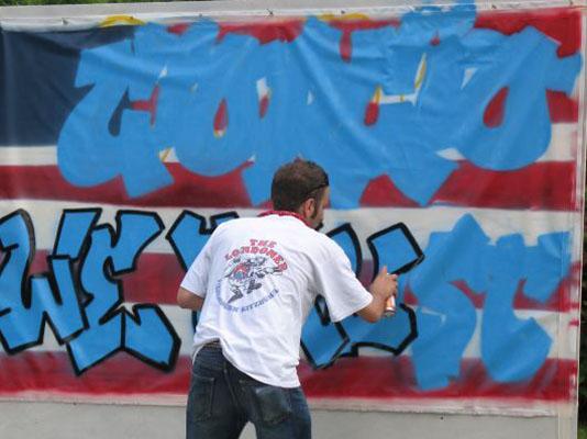 Un writer in azione in una città italiana