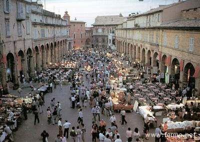 Il mercatino in piazza del Popolo a Fermo