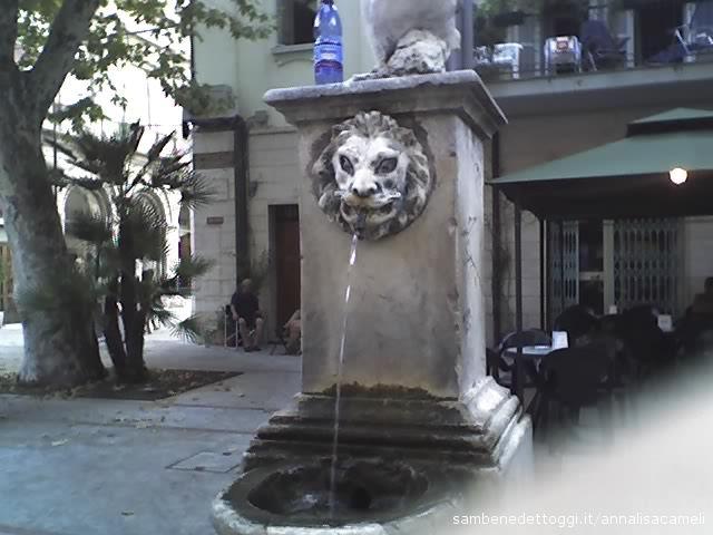 Dalla fontana di Piazza Alighieri scorre acqua potabile a getto continuo