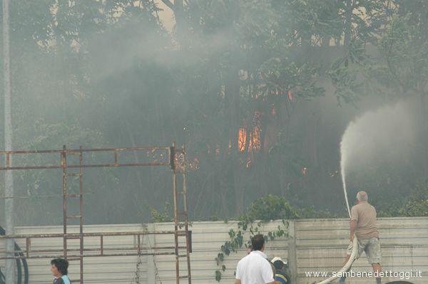 Filippo Carlini della Carlini Gomme cerca di domare l'incendio con un idrante