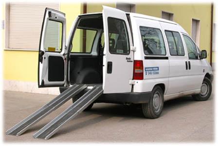 Un mezzo per il trasporto di persone disabili