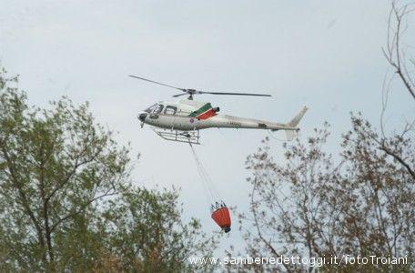 Un elicottero dei mezzi anti incendio (foto d'archivio)