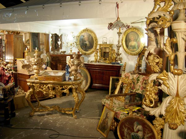 Uno stand dell'antiquariato