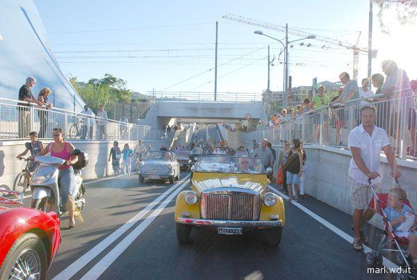 Le prime auto che attraversano il sottopasso