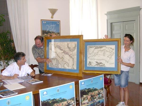 Il Sindaco Luigi Merli e Gianni Brandozzi con delle cartine del '600