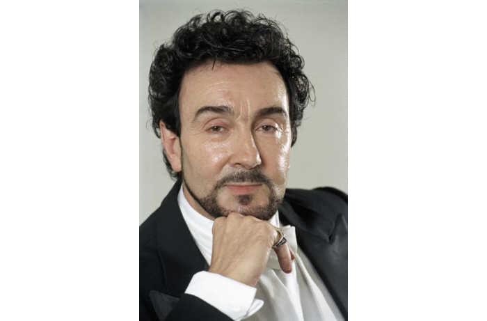 Ignacio Encinas, nell'opera interpreta Riccardo, governatore del Massachussetts.
