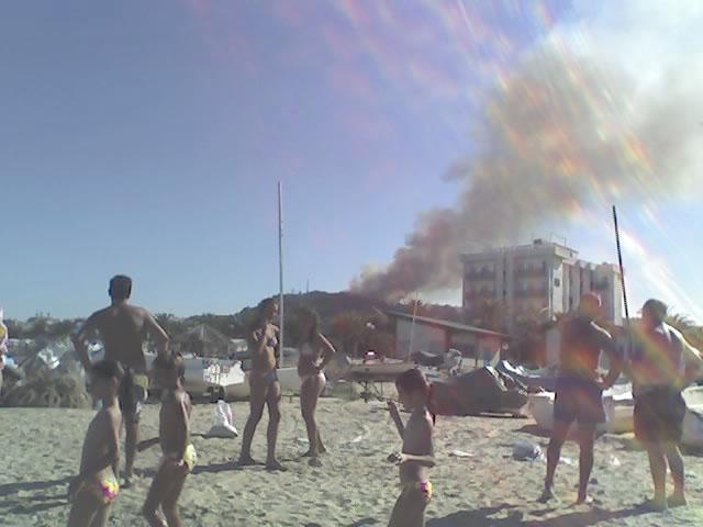 L'incendio di Montesecco visto dalla spiaggia